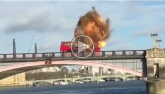 VÍDEO Un autobús explota durant un rodatge a Londres i causa el pànic