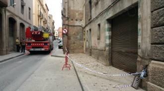 El vent fa caure el revestiment d'una façana a la Muralla de Sant Antoni