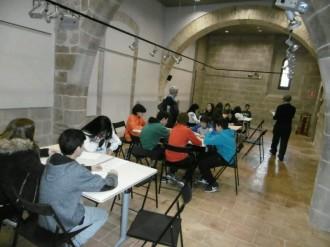 Alumnes de l'Institut Francesc Ribalta fan un taller d'Història a l'Arxiu Comarcal