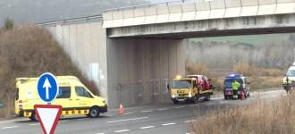 Un turisme surt de la via a l'N-240 entre Montblanc i l'Espluga