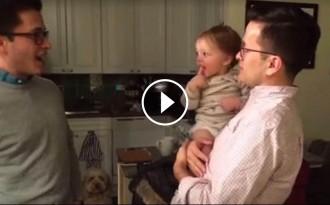 VÍDEO La tendra reacció del nadó en conèixer el germà bessó del seu pare