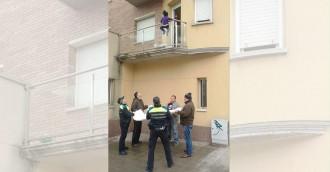 La Guàrdia Urbana salva una nena de 3 anys a punt de caure d'un balcó de Vic