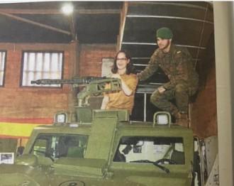 Fotografien la líder de C's a Lleida a sobre d'un tanc i metralladora en mà