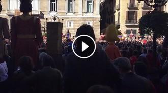 Vés a: VÍDEO Emotiu minut de silenci a la plaça Sant Jaume per Muriel Casals