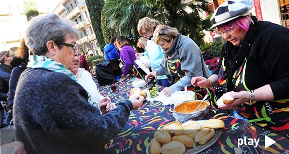 Menjar i disfresses a la plaça de Prim