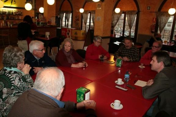 David Rodríguez fa un cafè amb la gent gran