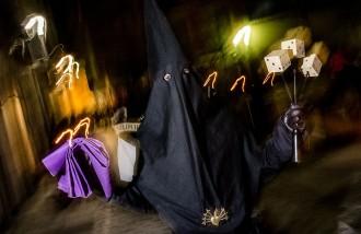 La processó dels Armats recorre en silenci els carrers del nucli antic de Vic