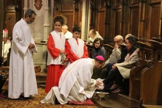 El bisbe de Solsona renta els peus a homes i  dones