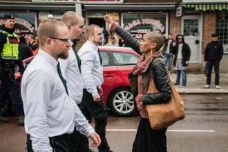 Nova icona antifeixista: una dona para els peus a una marxa neonazi a Suècia