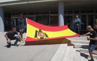 Cremen una bandera franquista a la UAB per denunciar la presència de neonazis