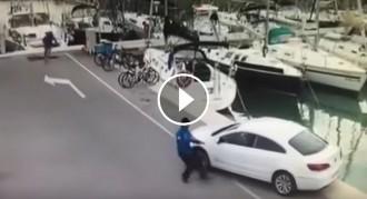 VÍDEO Un conductor s'oblida de frenar el cotxe i cau a l'aigua a un port de Sitges