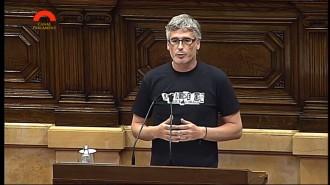 Un diputat de la CUP llueix la samarreta de Les Absentes al Ple del Parlament