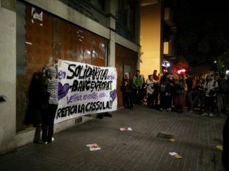 Vés a: VÍDEO Cassolada i concentració a Gràcia en suport al «banc expropiat»