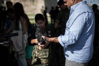 Vés a: L'exèrcit espanyol acosta les armes als nens en el Dia de les Forces Armades