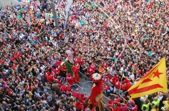 Vés a: Una explosió de confeti sobre els Gegants inaugura la Patum de dissabte