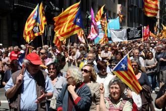 Vés a: Milers de persones es manifesten a Barcelona contra les suspensions del TC