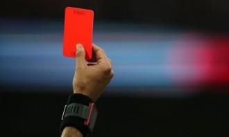 Un jugador és expulsat del camp per tirar-se una flatulència sonora
