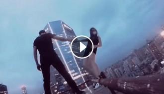 VÍDEO Una parella xinesa es juga la vida en un gratacels