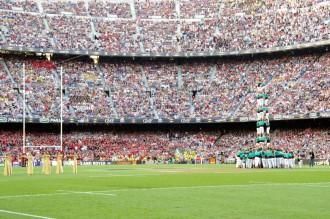 Els Castellers de Vilafranca actuen a la final del Top14 de rugbi al Camp Nou
