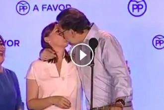 Vés a: VÍDEO Rajoy celebra la victòria fent un petó a la seva dona