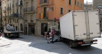 Un camió perd la direcció a la Plaça Major