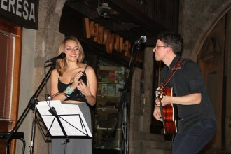 El duet Priàpia omple de bona música la Plaça Major