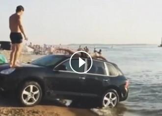 VÍDEO Un grup de banyistes russos converteix un Porsche en un «tobogan d'aigua»