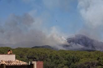 Vés a: Una cinquantena de dotacions dels Bombers remullen el foc de Blanes