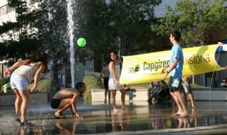 Militants de la CUP de Terrassa es banyen en una font pública
