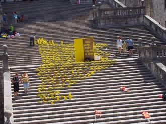 Vés a: L'ANC representa Catalunya amb sabates a la Catedral de Girona per recordar els refugiats