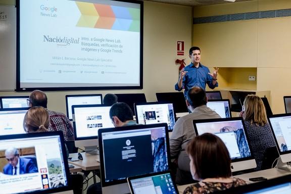 Google NewsLab imparteix un «workshop» d'eines digitals a NacióDigital