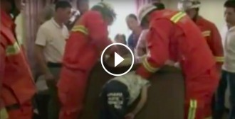 VÍDEO Rescaten un nen petit que s'havia quedat encallat en un sofà