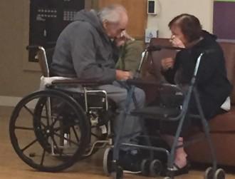 Les llàgrimes de dos avis obligats a separar-se després de 62 anys commouen al món