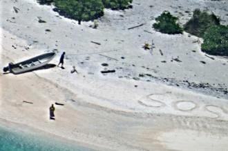 Dos nàufrags són rescatats d'una illa després d'escriure «SOS» a la platja