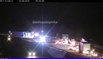 Vés a: Mor el conductor d'un camiò que ha bolcat a l'AP-7 a Garrigàs, a l'Alt Empordà