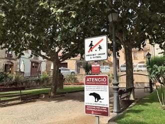 Solsona planta deu rètols de grans dimensions per combatre els excrements de gos a la via pública
