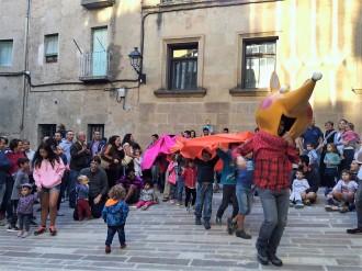 Prop d'un centenar de persones ballen al ritme de Landry el Rumbero davant la biblioteca solsonina