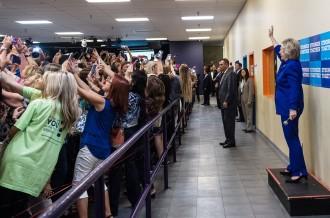 Els seguidors de Clinton li donen l'esquena... per fer-se una «selfie»