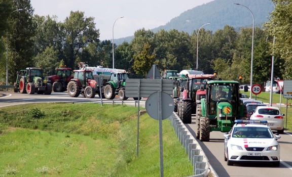 Una tractorada talla diversos carrers de Berga per reclamar més ajudes a la ramaderia
