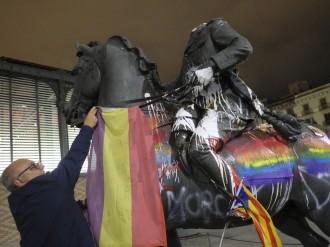 Vés a: L'estàtua de Franco al Born continua «col·leccionant» mostres de rebuig