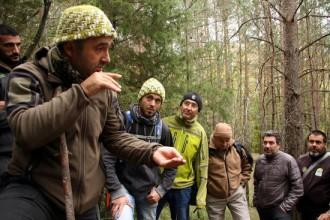 Vés a: Uns 30 guies de tot el món aprenen tècniques de rastreig i supervivència al Berguedà