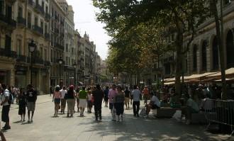 Vés a: Un vessament d'oli obliga a acordonar el Portal de l'Àngel de Barcelona