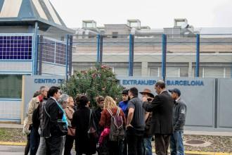 Vés a: Els interns del CIE de la Zona Franca abandonen la vaga de fam