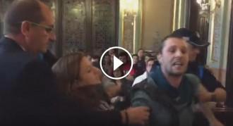Vés a: VÍDEO Batussa al ple de la Paeria entre la policia i els defensors de Pablo Hasel