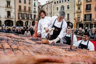 Vés a: El Dijous Llarder a la plaça de Vic, una oda al porc