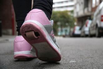 Vés a: Alerten que l'ús abusiu de les sabates amb rodes o els patinets és perjudicial per als infants