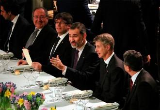 Vés a: Puigdemont i el rei eviten el conflicte polític en el sopar inaugural del Mobile