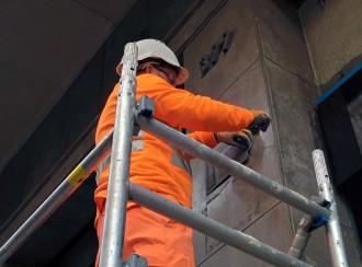 Vés a: Barcelona comença a retirar les últimes plaques franquistes de la ciutat