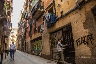 Vés a: L'Ajuntament de Barcelona compra tres edificis del carrer Lancaster per evitar l'expulsió dels veïns