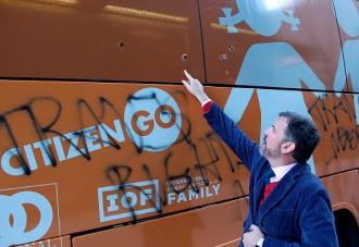 Vés a: Vidres trencats, pintades i protestes, resultat del pas de l'autobús transfòbic d'Hazte Oir per Nova York